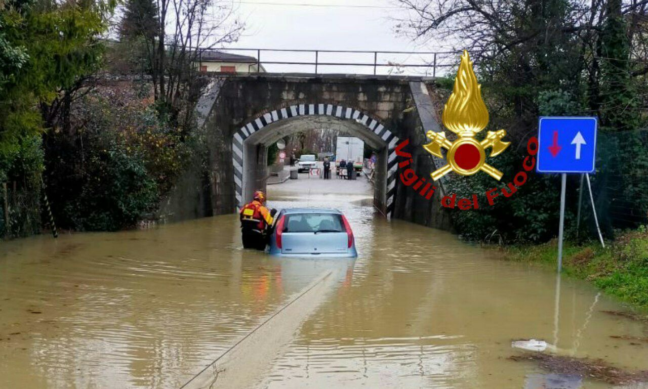 Авто наполовину затопило водой