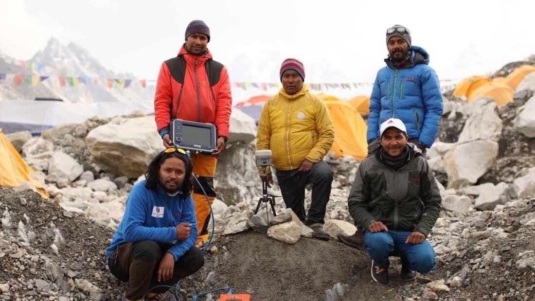 Геодезисти провели дослідження на Евересті