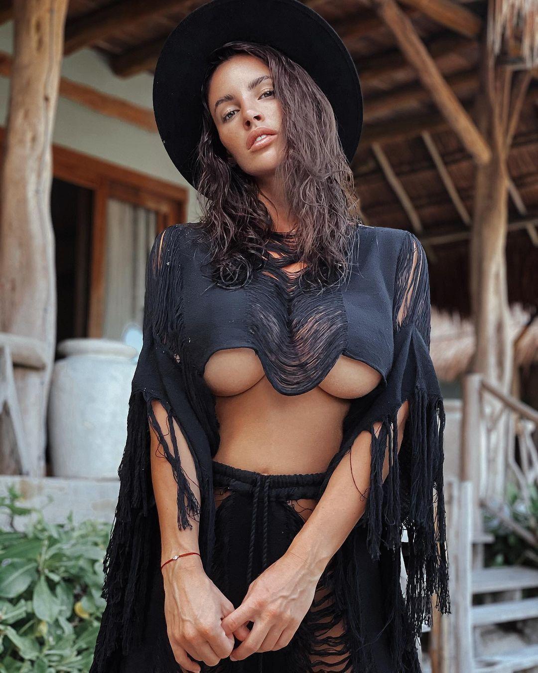 Люсия Яворчекова снялась в одежде, едва скрывающей грудь