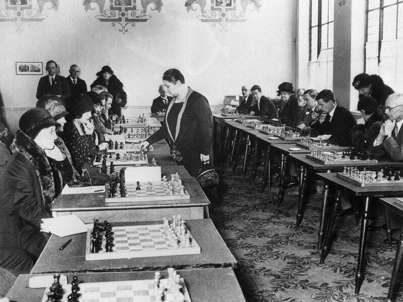 Вера Менчик стала первой женщиной в игре по шахматам