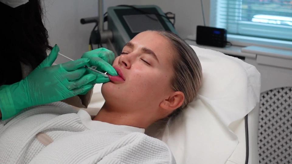 Молли Мэй Хейг растворяет филлер в губах