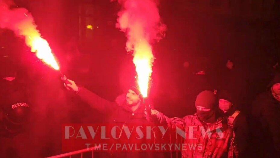 Агент НАБУ и еще один демонстрант зажгли файеры.