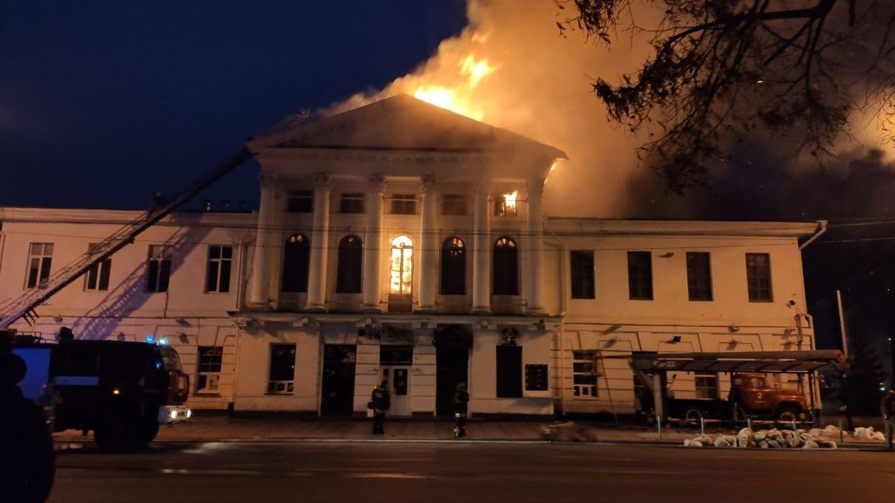 Дым от пожара поднялся до небес