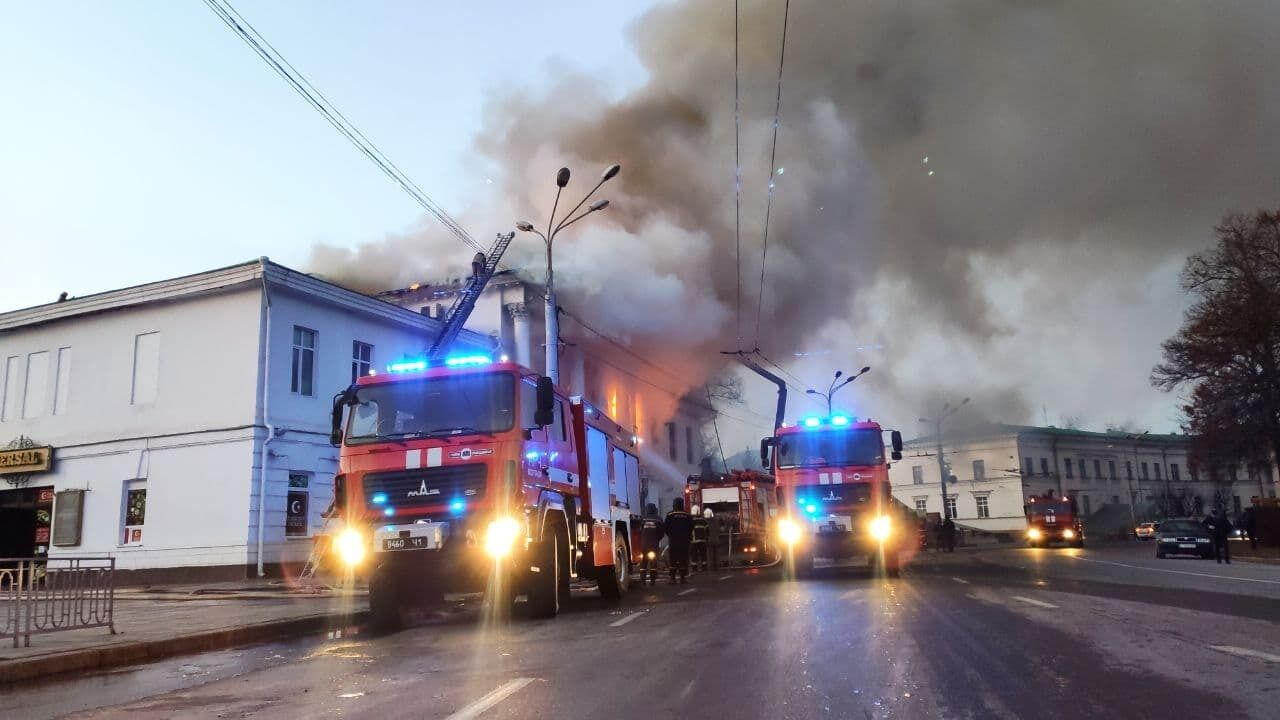 Спасатели все утро тушили огонь