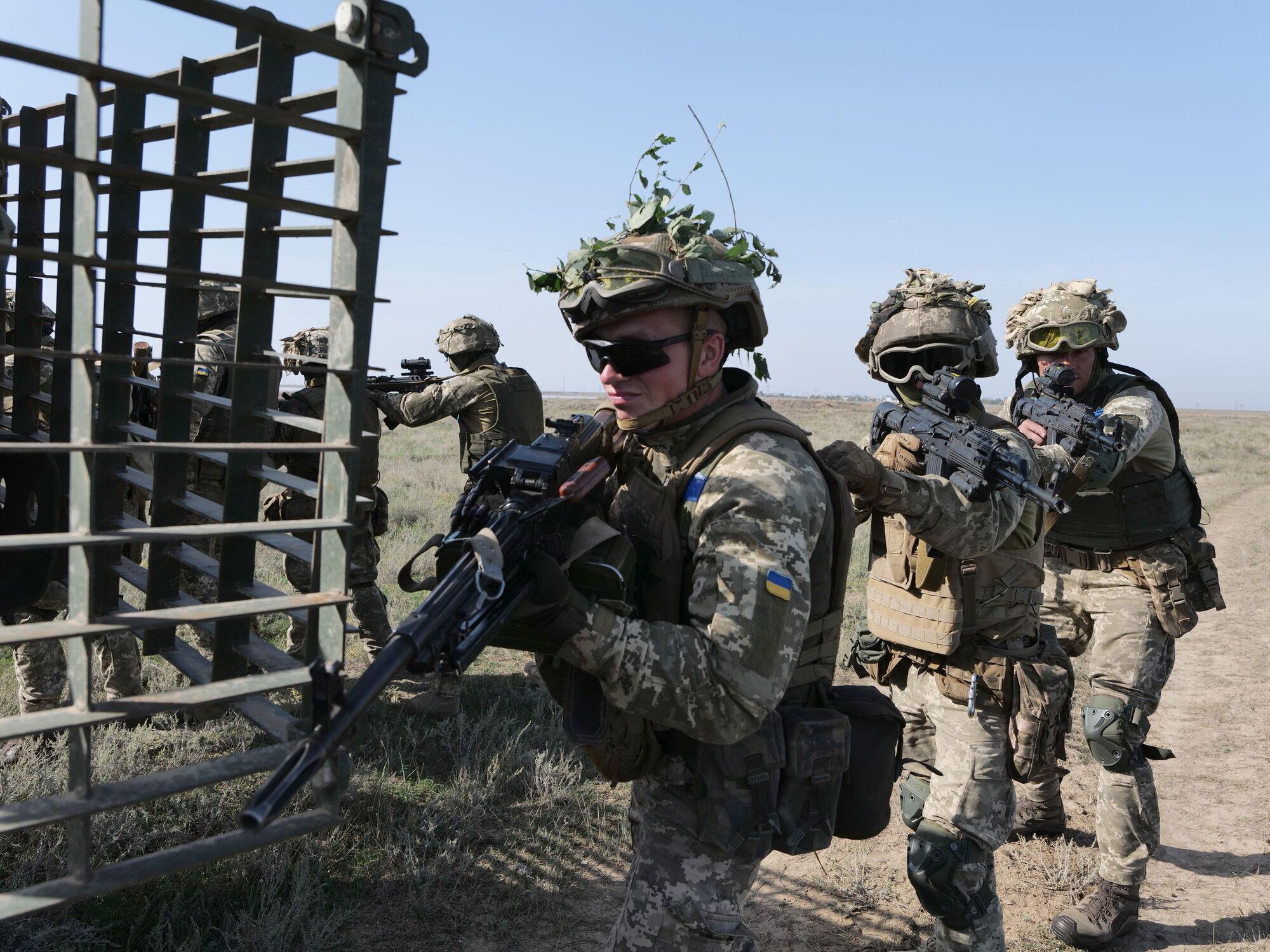 Десантники ВСУ во время вышкола на юге Украины.