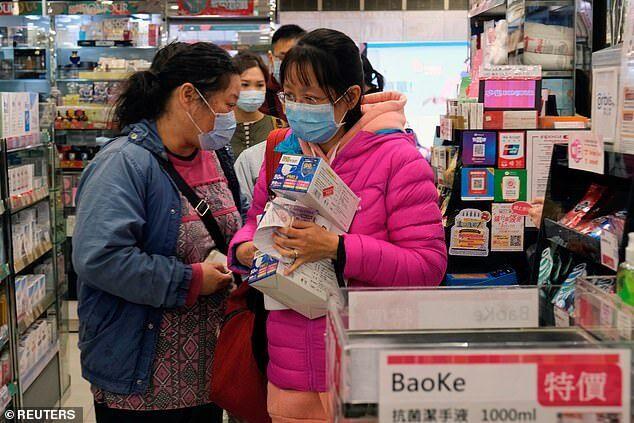 Клієнти стоять у черзі в магазині в Гонконзі, щоб купити хірургічні маски