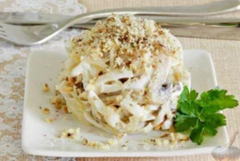 Рецепт приголомшливо смачного салату з кальмарами і грибами