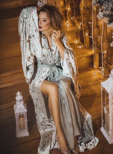 С яркой помадой и в халате: жена Медведчука снялась в соблазнительной фотосессии. Фото