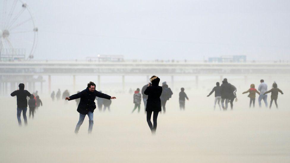 Люди на пляжі в Шевенінгені, Нідерланди