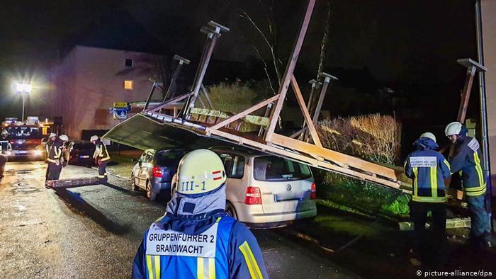 Вітер перевернув автомобільний навіс у німецькому Бохумі