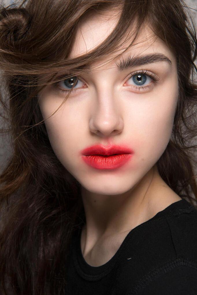 Кольорові тіні та розмитий контур губ: топ-4 головні тренди в макіяжі 2020