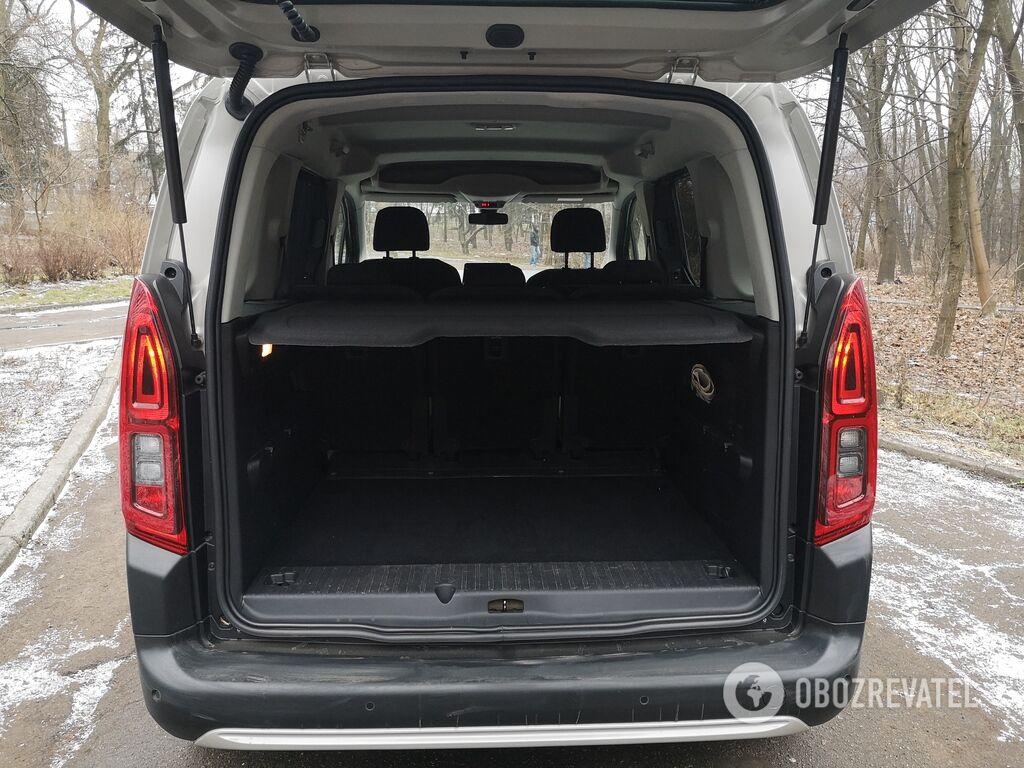 Объем багажного отделения Berlingo в обычной версии составляет от от 983 до 2126 л в зависимости от положения спинки задних кресел.