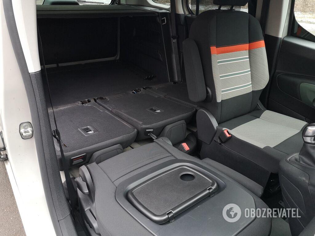 Для перевозки длинномеров можно сложить спинку переднего пассажирского кресла.