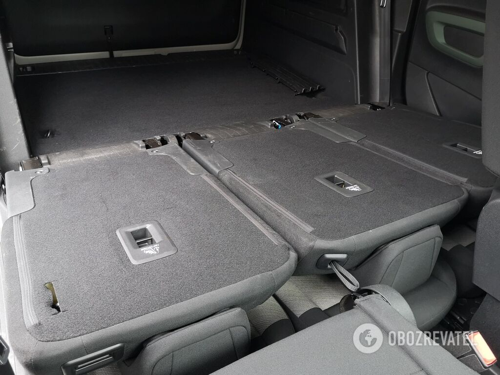 Сложенные спинки второго ряда сидений образуют практически ровную площадку