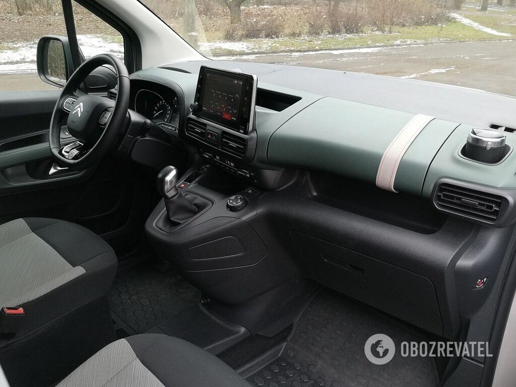 Приборная панель Berlingo по своему дизайну не такая, как i-Cockpit в Peugeot Rifter