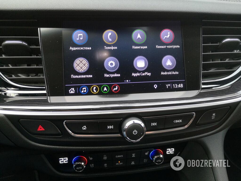 8-дюймовый сенсорный дисплей позволяет управлять большинством второстепенных функций