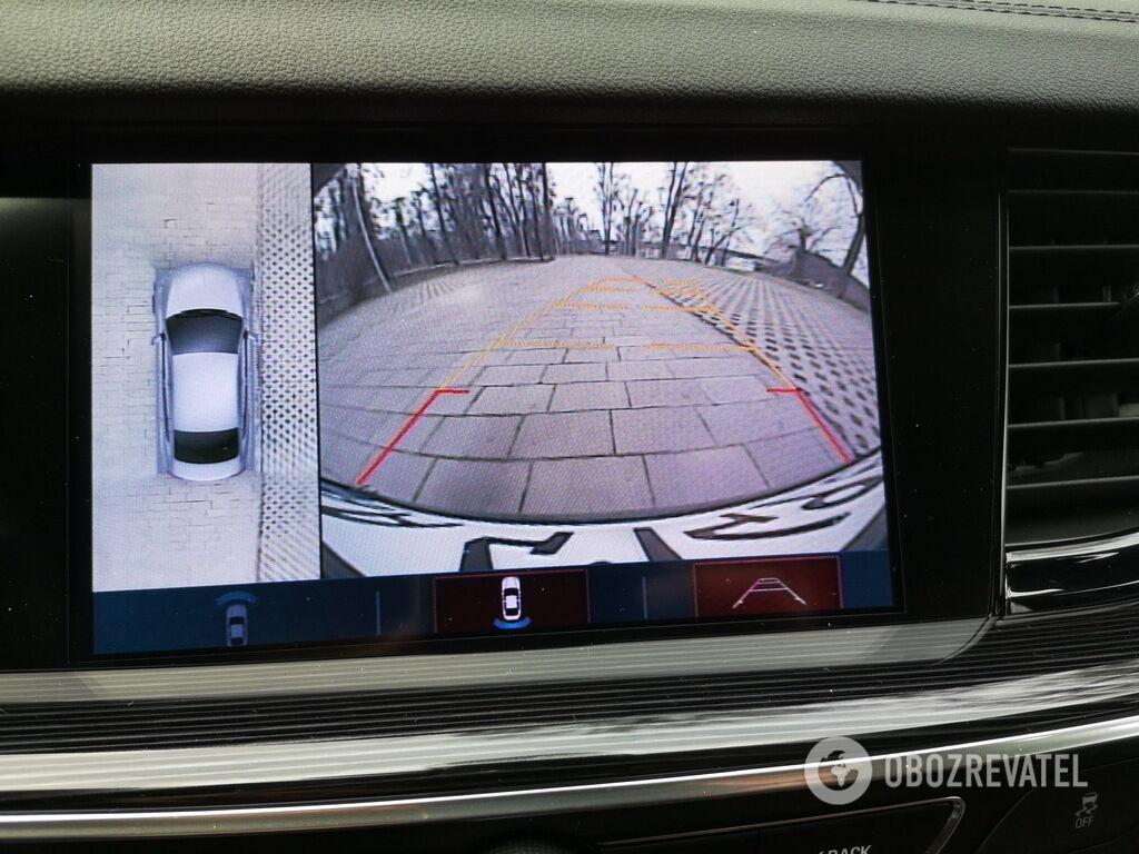 Помимо хороших зеркал при движении задним ходом на помощь придет камера заднего вида с системой кругового обзора