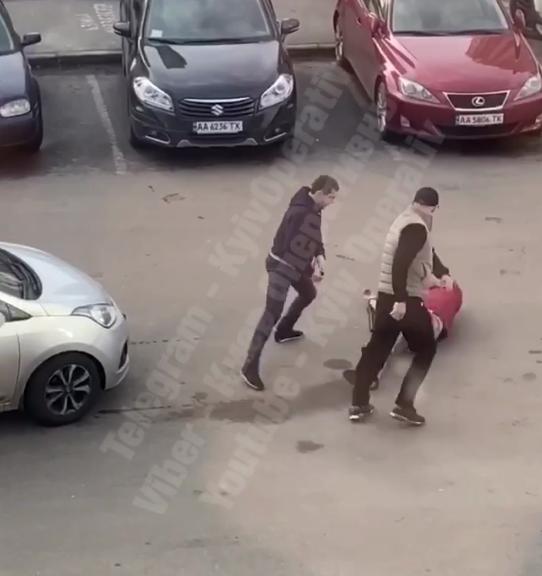 В Киеве среди улицы устроили кровавую драку
