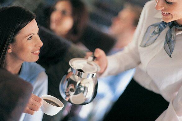 Краще не пити: стюардеса розкрила правду про каву та чай на борту літака