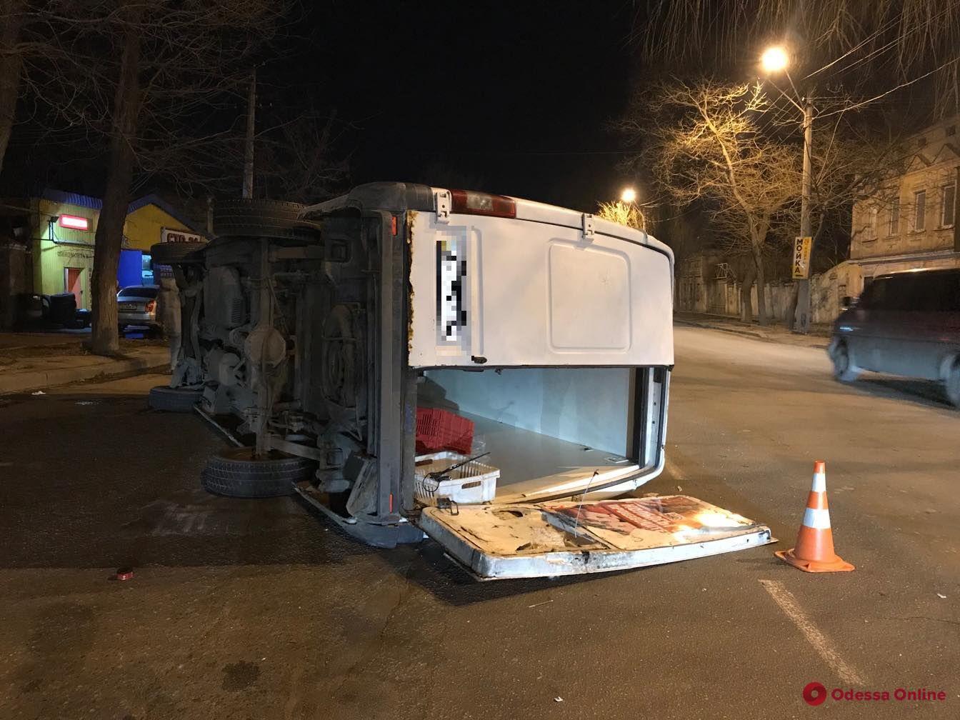 В Одесі в ДТП перекинувся мікроавтобус