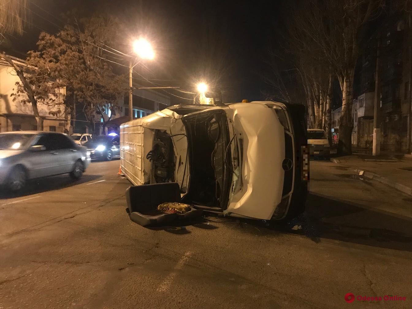 В Одессе в ДТП перевернулся микроавтобус