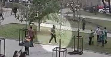 Вандала, який пошкодив Алею художників, залучили до громадський робіт: Кличко показав відео