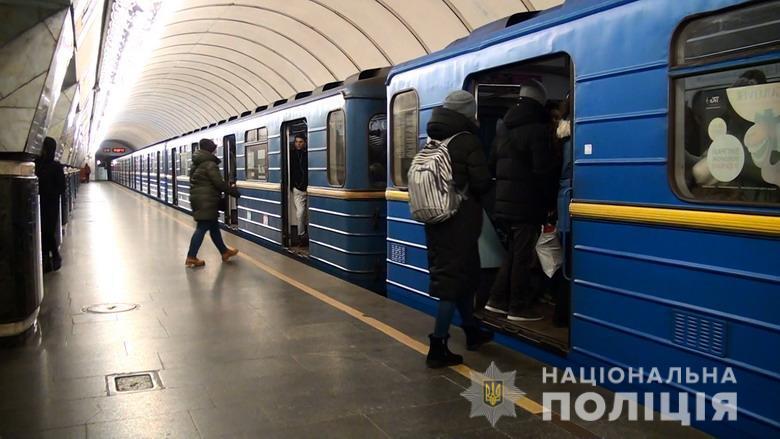 В метро Киева женщина чуть не похитила ребенка