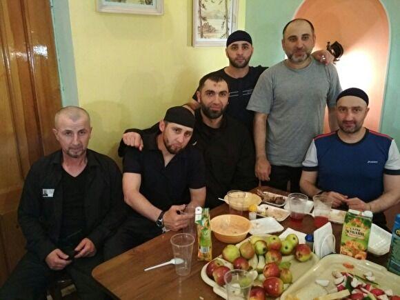 Заур Дадаев в колонии (второй слева)