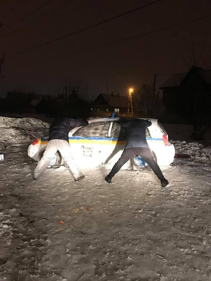 Поліцейську машину ліпили 5 чоловік
