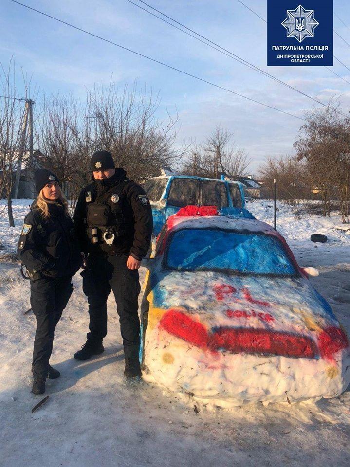 У Дніпрі зі снігу зліпили патрульну машину і викликали поліцію