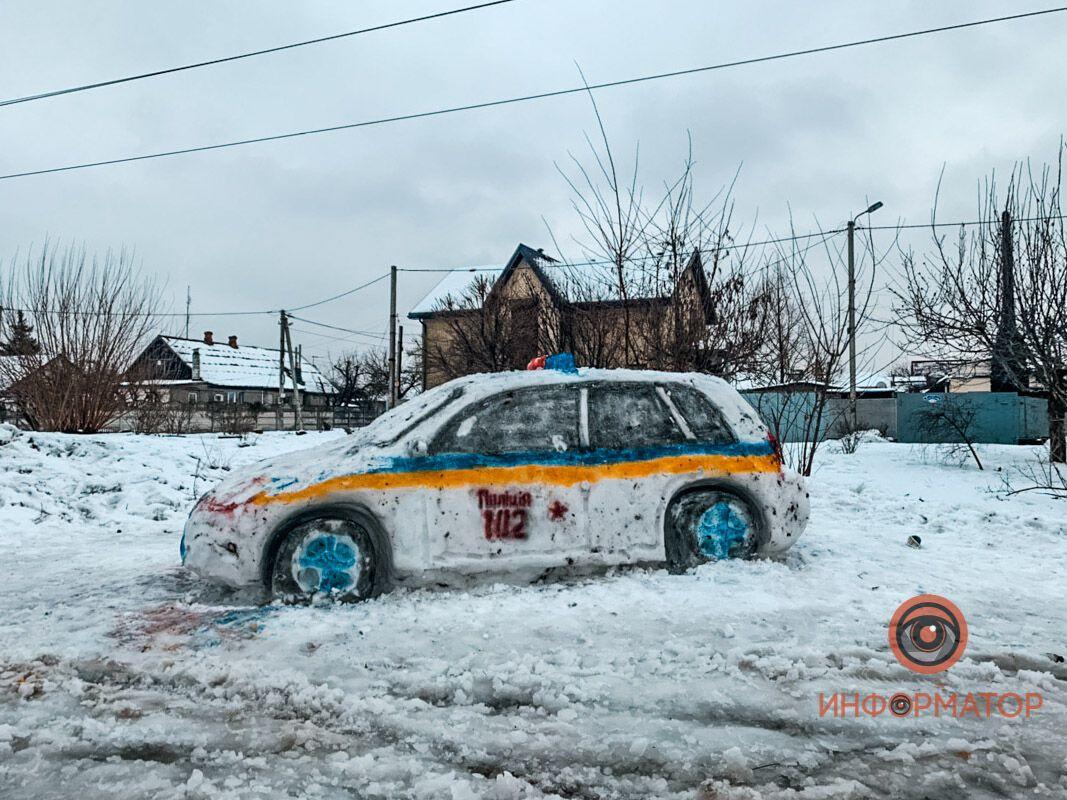 У Дніпрі зі снігу зліпили патрульну машину