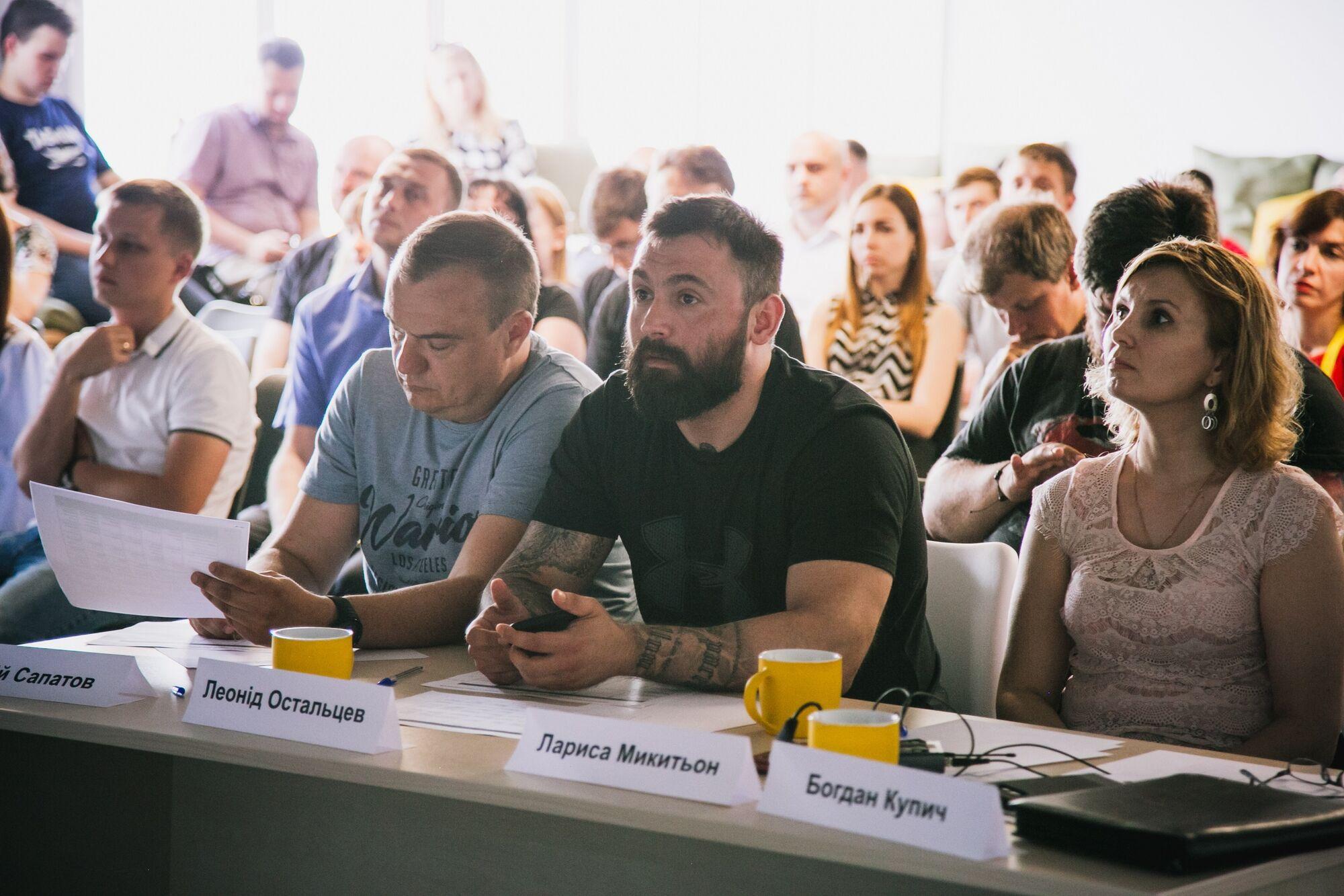 Сергій Сапатов (другий зліва)