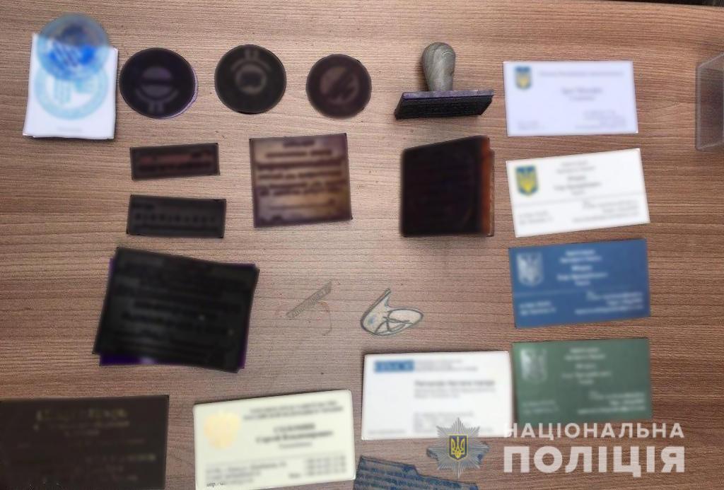 """У Києві викрили """"банду"""", яка продавала посади в органах влади. Речі, які знайшли під час обшуків"""