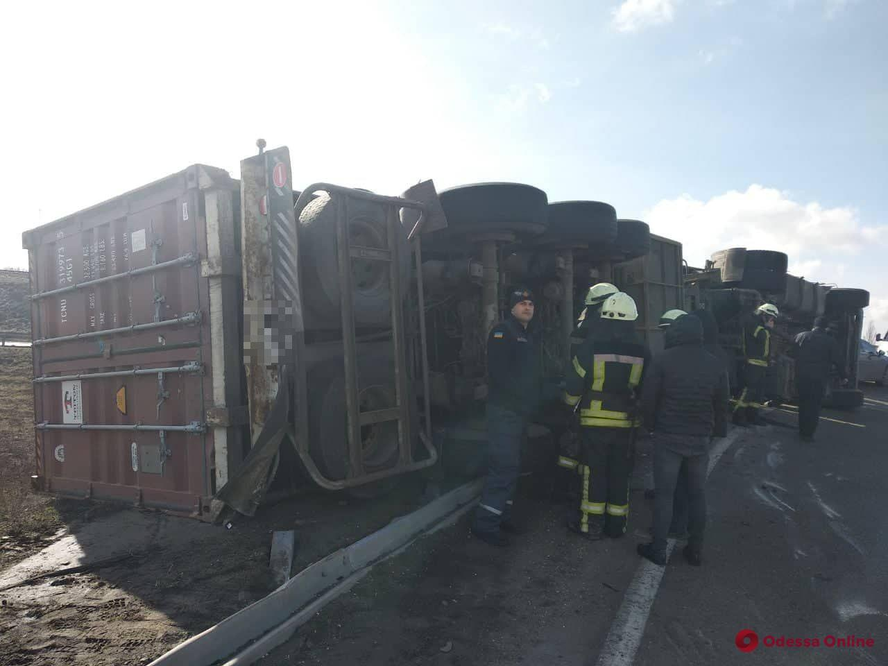 Фура потрапила у важке ДТП під Одесою