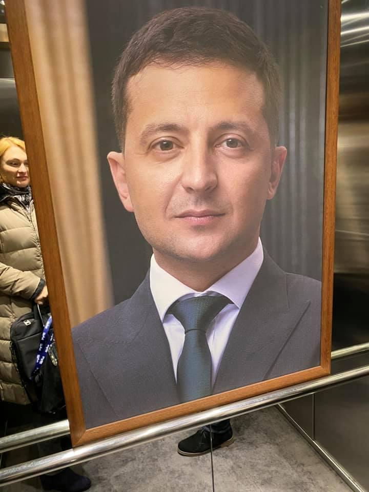 """Портрет Зеленського в ліфті телеканалу """"Наш"""""""
