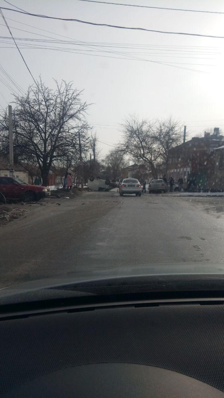 На Камчатской перевернулся автомобиль