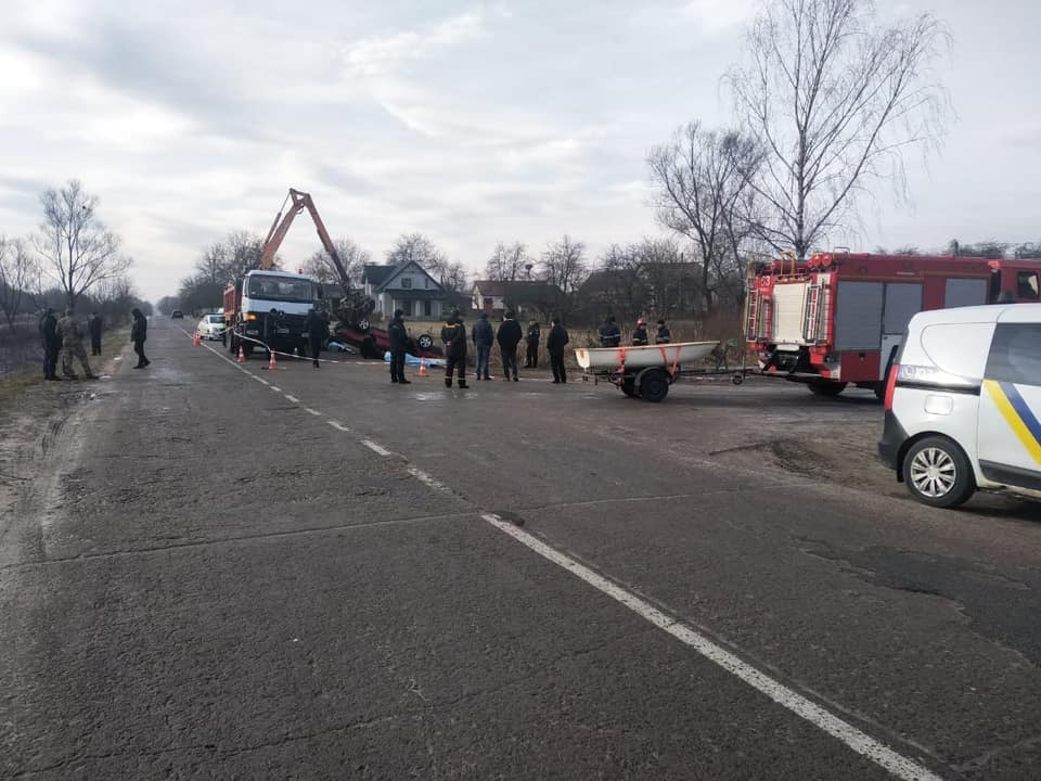 На Львовщине в водоеме нашли авто с 4 телами