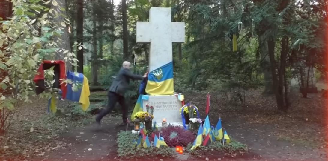 Грэм Филлипс срывает украинский флаг