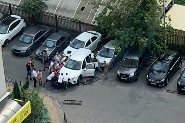 """Біла """"Мазда"""", за кермом якої була Лілія Сопельник, на швидкості збила матір і дитину прямо у дворі будинку"""