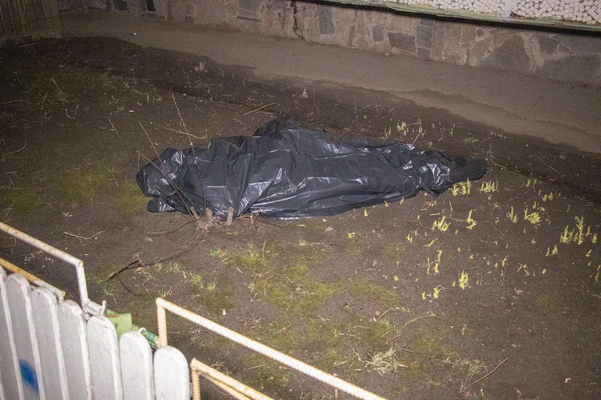 В Киеве из окна многоэтажки выбросился мужчина