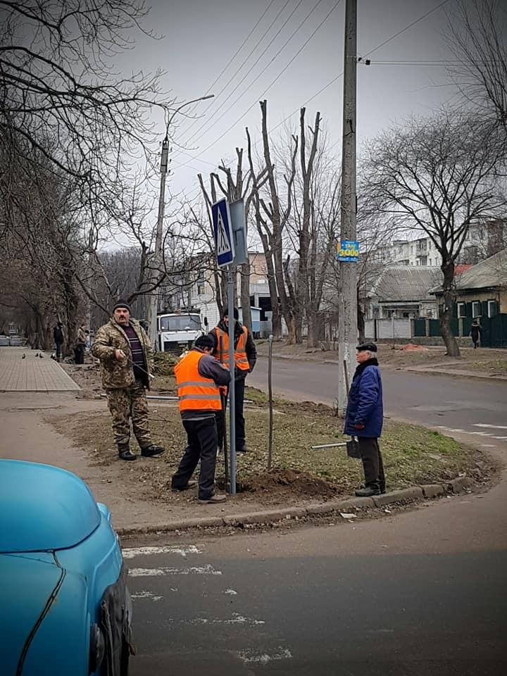 Дорожники устанавливают знаки на месте аварии