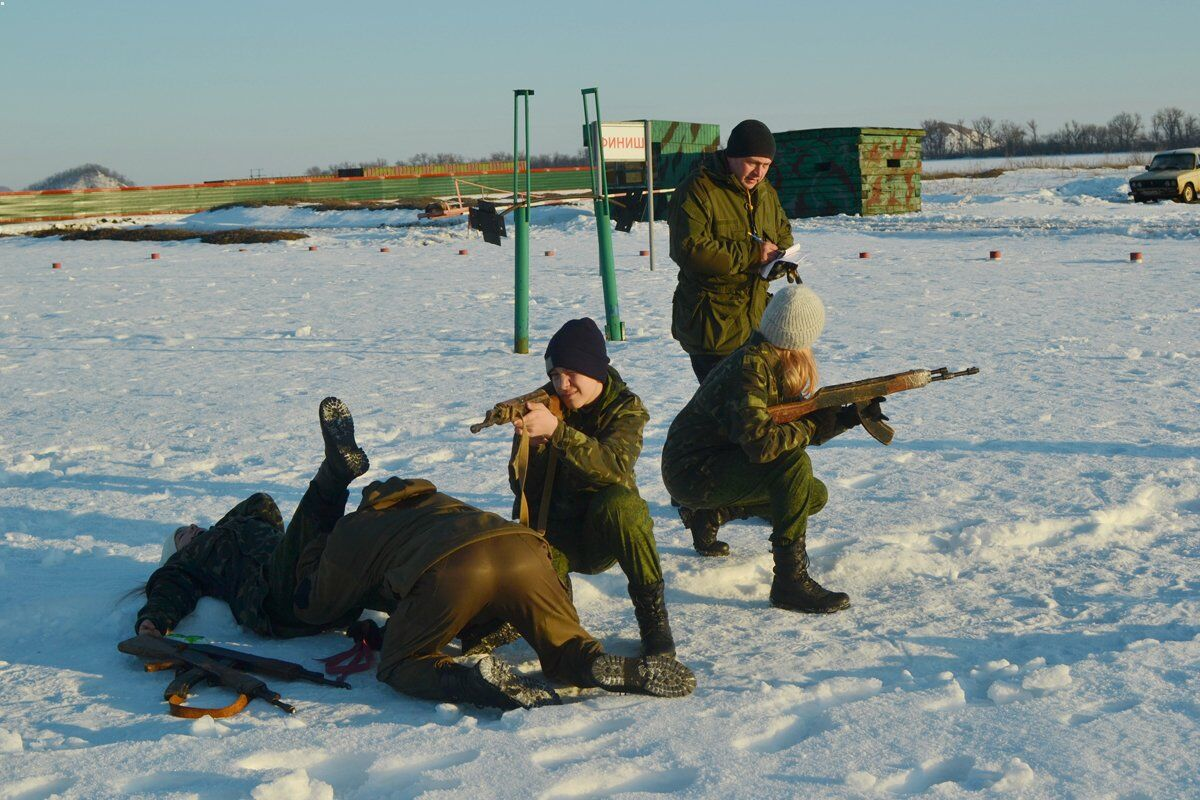 """Террористы """"ДНР"""" вооружают детей"""
