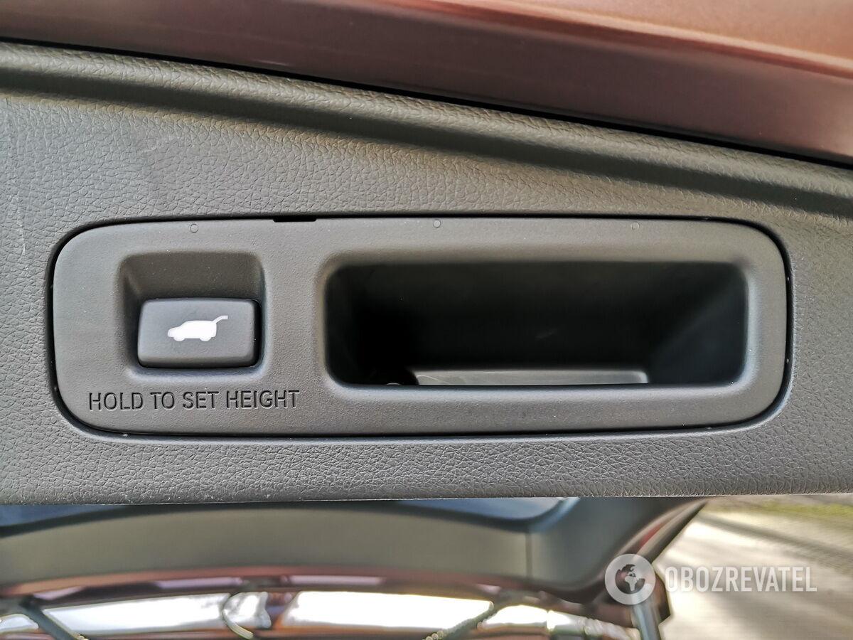 Дверь багажника снабжена электроприводом и функцией бесключевого доступа, а с помощью кнопки можно зафиксировать высоту подъема двери.