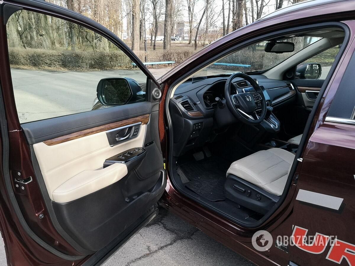 Водительское сиденье снабжено электроприводами, в том числе регулировки поясничной поддержки