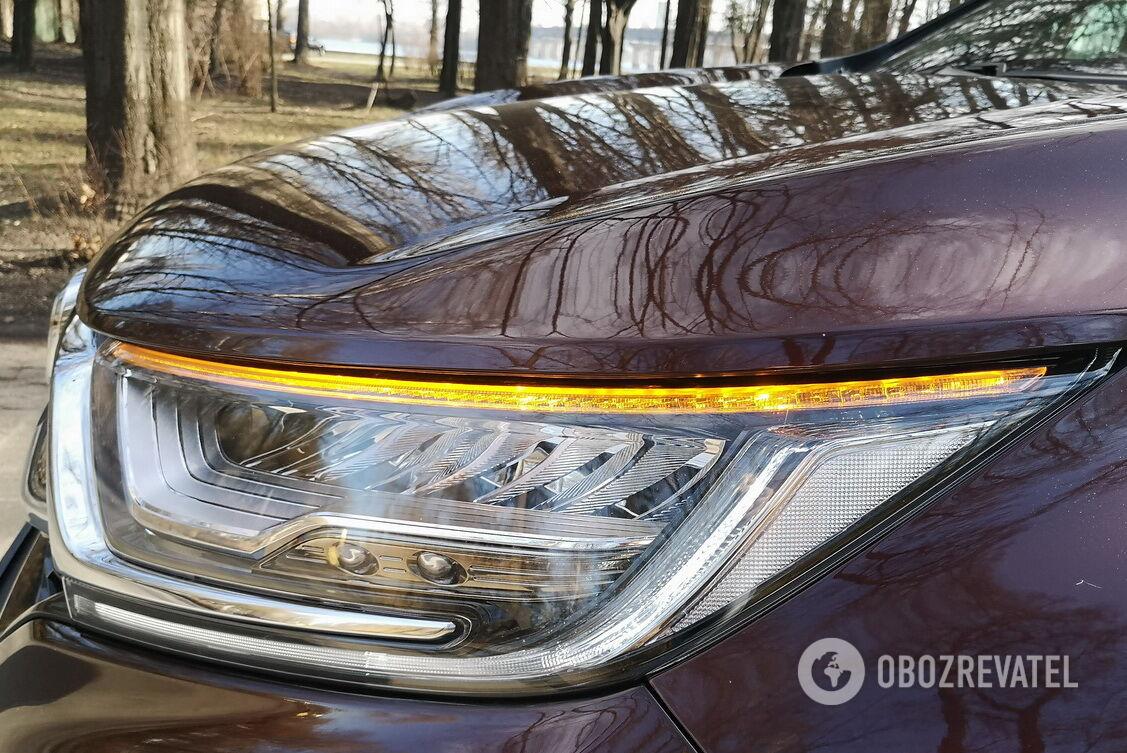 Для освещения поворота в Honda CR-V предусмотрены две яркие лампы в нижней части блок-фары