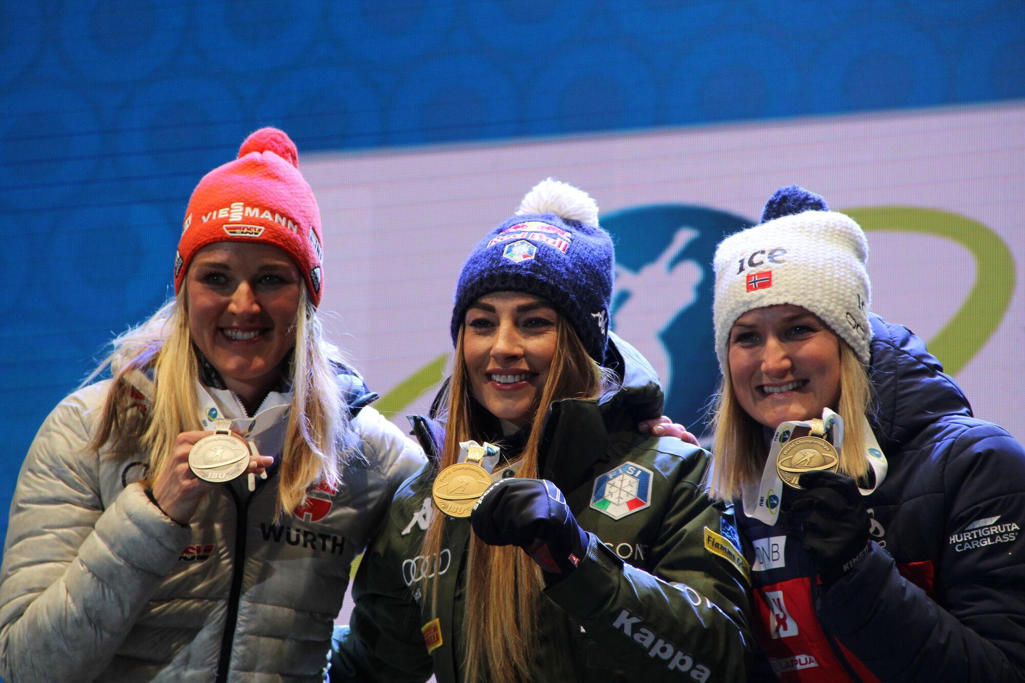 """Доротея Вірер (в центрі) із """"золотом"""" ЧС разом із німкенею Деніз Херманн та норвежкою Марте Олбю-Ройселанд"""