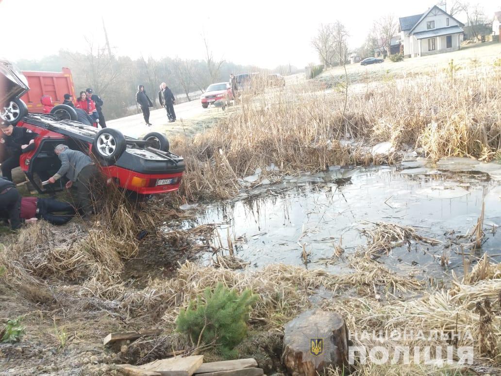 Автомобиль слетел в водоем