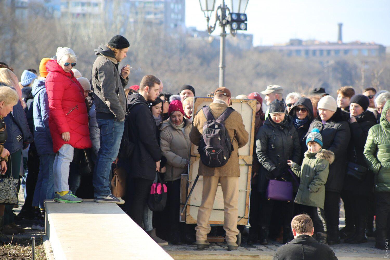 """""""Вирус жадности и жлобства"""": в центре Одессы устроили давку из-за халявы"""