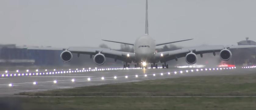 В Лондоне произошло ЧП с самым большим самолетом в мире: впечатляющее видео