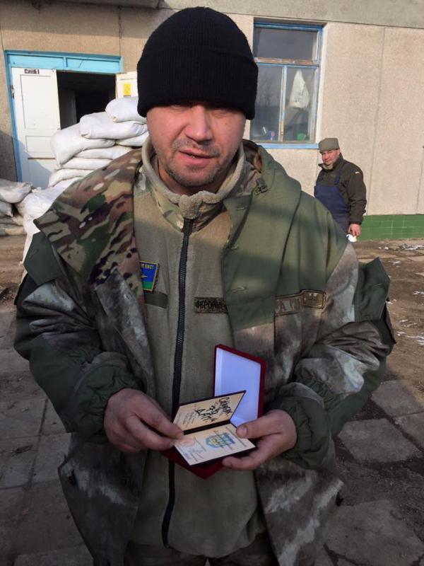 Євген Ареф'єв з орденом, переданим йому Олексієм Мочановим